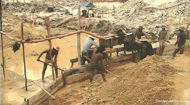 La minería a pequeña escala de los garimpeiros, la mayoría de ellos ilegales, ha supuesto la destrucción de 183 kilómetros cuadrados de bosque en la región de Itaituba desde el 2001.   Foto Archivo Sol de Pando
