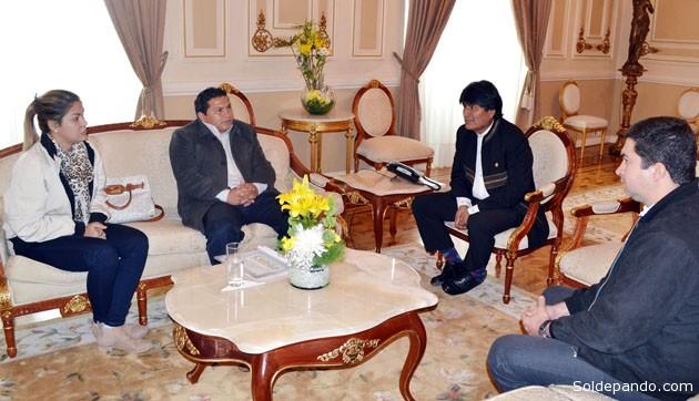 El presidente Evo Morales en reunión con alcalde de Cobija Luis Gatty Ribeiro, en Palacio de Gobierno, este miércoles 19 de agosto.   Foto ABI