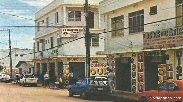 """Itaituba es un Municipio brasileño localizado en el estado del Pará y uno de los principales centros económicos del oeste paraense. Itaituba es la decimoquinta ciudad más grande (en términos poblacionales) del Estado del Pará, la tercera ciudad más grande del oeste paraense, y posee el décimotercero mayor Producto Interno Bruto (PIB) del estado. La ciudad es considerada de medio tipo, y una de las ciudades que presentan un crecimiento económico acelerado en el interior del Brasil. El origen del nombre es tupí y significa """"reunión de agua de la piedra"""". En este Municipio se encuentra el El Parque Nacional de la Amazonia, con sus 994.000hectñareas, posee una vasta vegetación de bosque tropical mixto y bosques aluviales, igapós ricos en açaí y buriti, numerosas formaciones geológicas de distintas edades, especies raras de árboles terrestres y semi-terrestres, además de varias especies de animales. Localizado el margen izquierdo del Río Tapajós, el parque es cortado por la carretera BR-230. (Transamazónica)."""