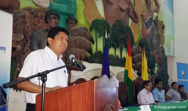 El gobernador Luis Flores y el contralor Gabriel Herbas impartiendo sus experiencias en el Taller de Fortalecimiento de la Gestión Pública.   Foto GADP