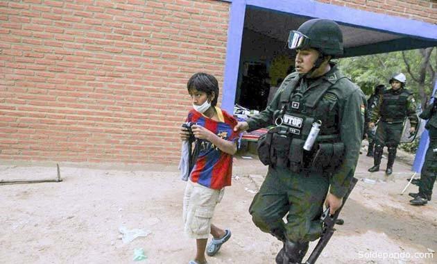 Un niño indígena del pueblo guaraní Takovo Mora es llevado a la cárcel de Santa Cruz después de la feroz represión policial en Yateirenda, el pasado 18 de agosto. | Foto Hernán Virgo Dávila | El Deber