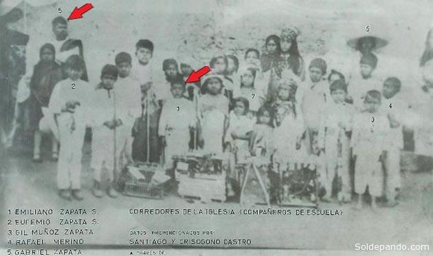 Fotografía tomada en 12 de diciembre de 1889 en el atrio de la iglesia de Anenecuilco, Villa de Ayala. Morelos, México. En la imagen aparece el niño Emiliano (1) junto a su padre don Gabriel Zapata (5) y su hermano mayor Eufemio (2). | Foto ©Fundación Zapata y los Herederos de la Revolución