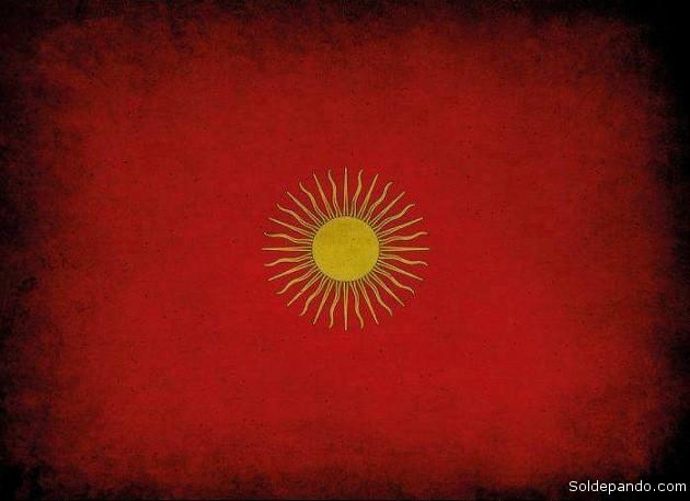 La bandera que hicieron flamear las tropas de Esteban Arze en los combates libertarios. Roja como la sangre derramada por la ética y la libertad, con un sol radiante en el centro. | Foto cortesía de Luis Guillermo Bayro Corrochano
