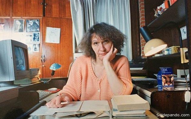 """Blanca Wiethüchter nació en La Paz en 1947 y falleció en Cochabamba el 16 de octubre de 2004. Es una de las voces femeninas emblemáticas de la poesía boliviana de fines del siglo XX e inicios del siglo XXI. Su escritura abarca tres décadas, desde mediados de los años 70 hasta el año de su fallecimiento. Fue editora del suplemento cultural """"La Hormiga Eléctrica"""" (La Razón), de las revistas literarias """"Hipótesis"""" y """"Piedra Imán"""", directora de las editoriales """"Hombrecito sentado"""" y """"Mujercita Sentada""""; redactora; co-fundadora el espacio culturalPuraduralubia (1993) ;docente de la Universidad Católica Boliviana, docente también del Taller de Escritura Creativa de laUniversidad Mayor de San Andrés, de la que luego fue directora; crítica literaria, ensayista, y poetisa.   Foto Los Tiempos"""