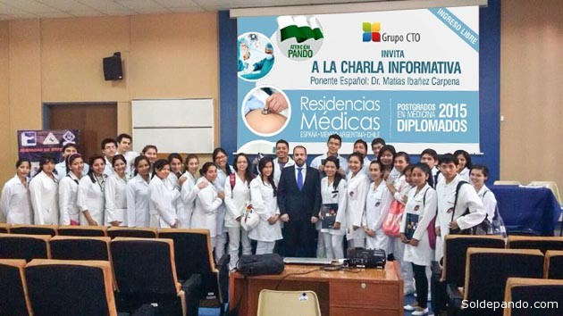 El académico español Matías Ibañez Carpena con estudiantes de Medicina de la Universidad Mayor de San Simón (Umss) de Cochabamba, en noviembre del pasado año. El próximo martes y miércoles se presentará en Trinidad y Cobija. | Fotomontaje Sol de Pando