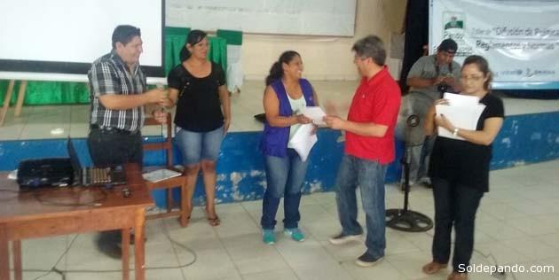 Los servidores públicos capacitados reciben sus respectivos Certificados de Asistencia. | Foto Wilsson Asturizaga