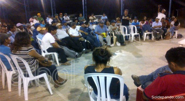 Indígenas guaraníes se reunieron de emergencia en la comunidad de Yateirenda de Santa Cruz.   FOTO ERBOL