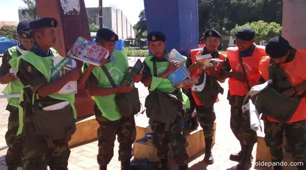 Conscriptos del Regimiento Riosinho apoyaron en la distribución masiva de libros.   Foto Sol de Pando