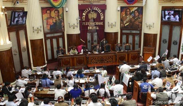 La Asamblea Legislativa Plurinacional instala sesión para tratar la Ley de Convocatoria a Referéndum de Repostulación, que definirá si se modifica o no la Constitución Política del Estado.   Foto ABI