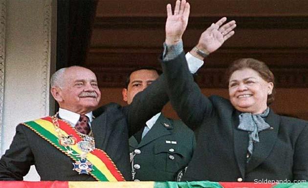 El general Banzer junto a su esposa Yolanda Prada en el escenario democrático de 1997.   Foto Archivo