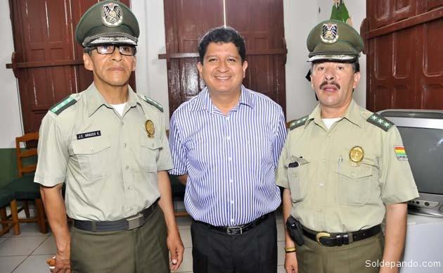 El gobernador Luis Flores flanqueado por los coroneles Juan Carlos Arauco y Jhonny Marcelo Ortuño, comandantes posesionado y saliente respectivamente.   Foto Prensa GADP