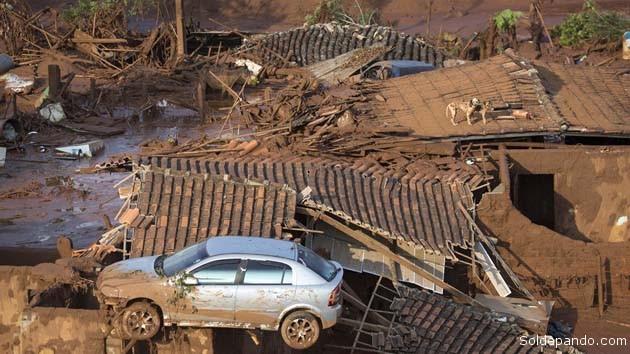 La localidad de Bento Rodrigues, en el municipio de Mariana, cerca a la ciudad de Belo Horizonte, capital del Estado de Minas Gerais, ha quedado completamente inundada por el barro tóxico de una mina cuyo embalse de desechos colapsó.   Foto AP