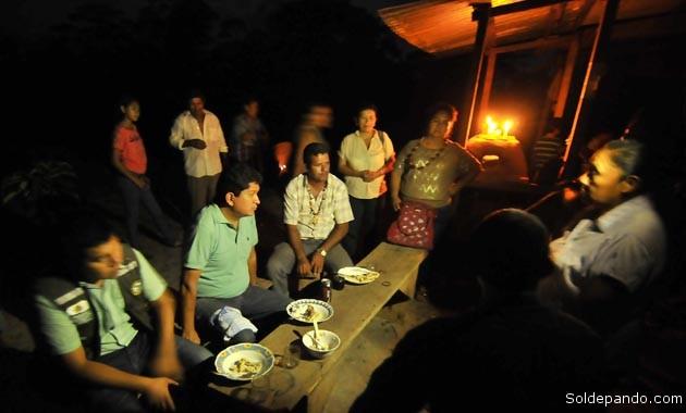 El Gobernador de Pando comparte una cena frugal en penumbras con los comunarios de Villa Mabari, municipio de Bella Flor, en plena frontera con Brasil.   Foto Prensa GADP