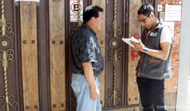 Un encuestador recoge información en tableta electrónica. | Foto INE
