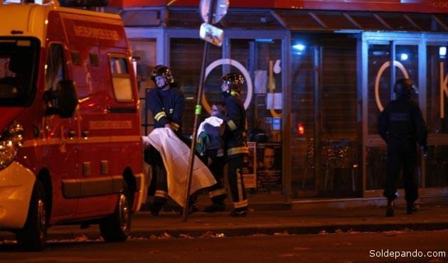 Una herida por el ataque terrorista es evacuada de sala Bataclan, en París, donde se realizaba un concierto de rock al momento de la incursión yihadista. | Foto EFE