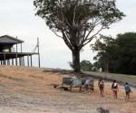 Moradores das comunidades ribeirinhas no entorno de Manaus caminham até 7 quilômetros para pegar água.  | Foto Sandro Pereira