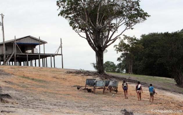 Moradores das comunidades ribeirinhas no entorno de Manaus caminham até 7 quilômetros para pegar água.   Foto Sandro Pereira