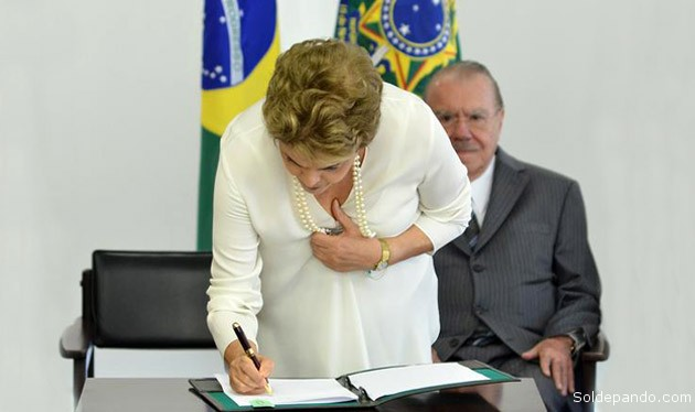 Dilma Rousseff assina decreto que regulamenta a Zona Franca Verde; José Sarney, ao fundo, participou do evento. |Foto: Renato Costa