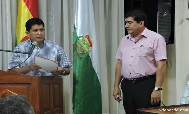El Gobernador Luis Flores entrega la Personería Jurídica de Fegapando a su presidente Miguel Becerra.   Foto Prensa GADP