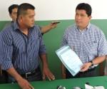 El Gogernador Luís Flores hace entrega de la Personalidad Jurídica al presidente de la Federación de Juntas Vecinales de Cobija, Fernando Fernández. | Foto Prensa GADP