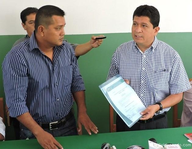 El Gogernador Luís Flores hace entrega de la Personalidad Jurídica al presidente de la Federación de Juntas Vecinales de Cobija, Fernando Fernández.   Foto Prensa GADP