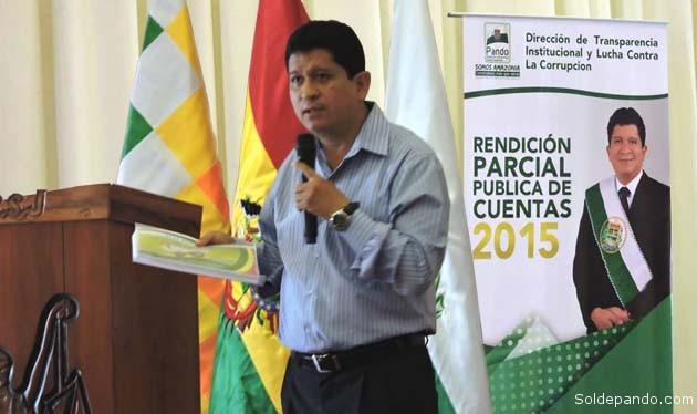 El gobernador Luis Flores expone el Informe Parcial de Rendición de Cuentas por la gestión 2015 en el Auditorio del Tribunal Departamental de Justicia. | Foto Prensa GADP