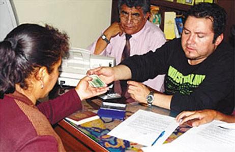 Sahonero, entonces propietario de una agencia ilegal de turismo, se vio obligado a devolver a pasajeros estafados el dinero por la sobreventa de boletos del LAB en quiebra, año 2007.   Foto Los Tiempos