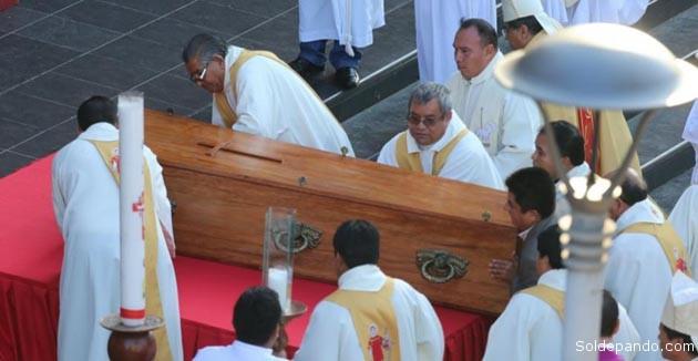 El féretro del santo hombre ingresa a la Catedral donde está el mausoleo que lo acoge. | Foto El Deber