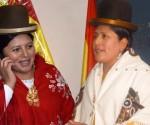La magistrada Mónica Limachi Rosas, con mantilla roja, y la ministra  Virginia Velazco Condori, abogadas aymaras en la función pública del Estado Plurinacional.   Fotomontaje Sol de Pando