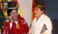 La magistrada Mónica Limachi Rosas, con mantilla roja, y la ministra  Virginia Velazco Condori, abogadas aymaras en la función pública del Estado Plurinacional. | Fotomontaje Sol de Pando