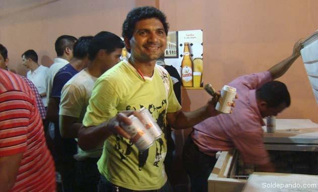 Jóvenes brasileños participan en un stand de la FexpoPando vendiendo a bajos precios la cerveza producida en su país. | Foto Sol de Pando