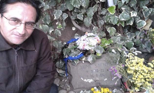 García Mérida junto a la tumba de Jaime Saenz en el Cementerio General de La Paz. | Foto Silvia Antelo Aguilar