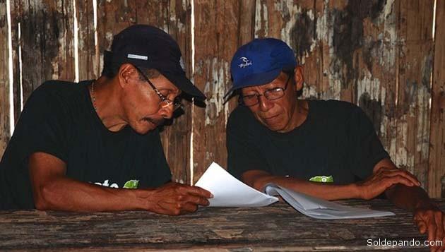 Dos de los chamanes que participaron en la escritura de la Enciclopedia. La obra los consagra como los médicos del siglo XXI. | Foto Acaté