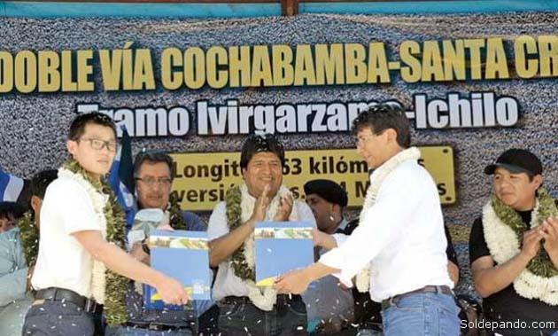 El 4 de abril del 2014 el presidente Evo Morales celebra la firma del contrato entre Sinohydro y la ABC para construir la doble vía Iivirgarzama-Ichilo. | Foto ABI
