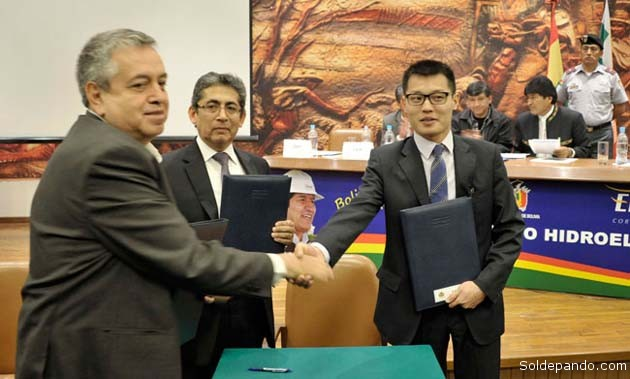 Autoridades de Ende y ejecutivos de Sinohydro firman el contrato para construir la Hidroeléctrica de San José, el 12 de junio del 2014, con asistencia del presidente Evo Morales | Foto ABI
