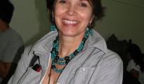 SOBRE LA AUTORA | Erika Brockman Quiroga es Psicóloga de profesión, cursó estudios de post grado sobre género y desarrollo, ciencia política y estudios de la democracia. Fue parlamentaria entre 1997 y 2005 por el Movimiento de la Izquierda Revolucionaria (MIR), organización socialdemócrata en la que militó 30 años. Fue la cuarta Senadora Mujer titular en la historia  de la República. Presidió, durante cinco años, la Comisión de Descentralización y Desarrollo Local del Senado y promovió la constitución de las primeras comisiones de Ética Parlamentaria en el Senado y en la cámara de Diputados.   Ha sido impulsora y proponente de importantes iniciativas legislativas en  áreas política, municipal, territorial y pro equidad de género, reformas constitucionales 2002-2004.   Actualmente abandonó la militancia partidaria,  participa del Consejo del Instituto PRISMA comentarista en varios círculos  políticos académicos de reflexión. Tiene diversas publicaciones y es columnista de importantes medios de prensa escrita; consultora, facilitadora de eventos interpartidarios y conferencista en distintos foros nacionales e internacionales. Es Fundadora y miembro del Directorio del Centro de Promoción de la Mujer Gregoria Apaza, del Foro Político Nacional de  Mujeres y de la Coordinadora de la Mujer. Reconocida, junto a otras personalidades por su aporte a los 25 años de construcción democrática ( Medalla al Mérito Democrático) Octubre, 2007.
