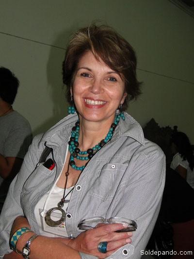 SOBRE LA AUTORA   Erika Brockman Quiroga es Psicóloga de profesión, cursó estudios de post grado sobre género y desarrollo, ciencia política y estudios de la democracia. Fue parlamentaria entre 1997 y 2005 por el Movimiento de la Izquierda Revolucionaria (MIR), organización socialdemócrata en la que militó 30 años. Fue la cuarta Senadora Mujer titular en la historia de la República. Presidió, durante cinco años, la Comisión de Descentralización y Desarrollo Local del Senado y promovió la constitución de las primeras comisiones de Ética Parlamentaria en el Senado y en la cámara de Diputados. Ha sido impulsora y proponente de importantes iniciativas legislativas en áreas política, municipal, territorial y pro equidad de género, reformas constitucionales 2002-2004. Actualmente abandonó la militancia partidaria, participa del Consejo del Instituto PRISMA comentarista en varios círculos políticos académicos de reflexión. Tiene diversas publicaciones y es columnista de importantes medios de prensa escrita; consultora, facilitadora de eventos interpartidarios y conferencista en distintos foros nacionales e internacionales. Es Fundadora y miembro del Directorio del Centro de Promoción de la Mujer Gregoria Apaza, del Foro Político Nacional de Mujeres y de la Coordinadora de la Mujer. Reconocida, junto a otras personalidades por su aporte a los 25 años de construcción democrática ( Medalla al Mérito Democrático) Octubre, 2007.