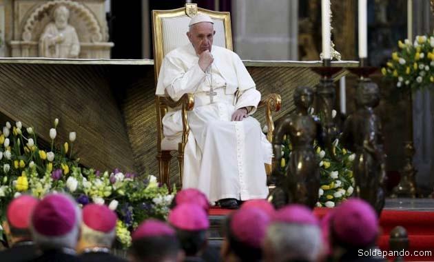 El papa Francisco exhortó a sus obispos en la Catedral Metropolitana del Distrito Federal a luchar contra el narcotráfico como soldados de Dios. | Foto Reuters
