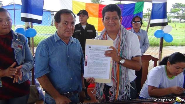 El gobernador Luis Flores y el alcalde Edgar Limpias López ponen en marcha el Seguro Universal de Salud en las comunidades del municipio de Santa Rosa del Abuná.   Foto GADP