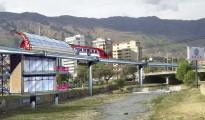 El tren monorriel elevado atravesando la zona de Cala Cala para descongestionar la ciudad, usando una ruta natural sobre el lecho canalizado del río Rocha. | Fotomontaje Sol de Pando