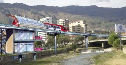 El tren monorriel elevado atravesando la zona de Cala Cala para descongestionar la ciudad, usando una ruta natural sobre el lecho canalizado del río Rocha.   Fotomontaje Sol de Pando