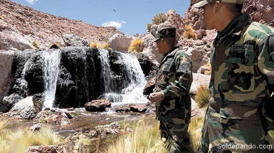 """PISAR FUERTE EN EL SILALA En su edición del 13 de octubre del 2006, El Mercurio destacó el posicionamiento de un puesto militar boliviano en la zona fronteriza del Silala, en el departamento de Potosí, donde nacen manantiales de agua dulce desviados a Chile hace 98 años. Reporteros de El Mercurio que se desplazaron a esa zona fronteriza observaron que el Ejército boliviano comenzaba a sentar soberanía en el Silala, anotando que mientras se construye un nuevo cuartel a orillas del manantial, """"los soldados bolivianos deben dormir en carpas, las que están coronadas con una bandera de su país"""". El Mercurio recordó que en septiembre de ese mismo año el presidente Evo Morales anunció la instalación de puestos militares para resguardar la frontera nacional y precautelar los recursos naturales de la zona, en alusión al conflicto por la utilización de las aguas del Silala que mantiene con Chile. El nuevo cuartel está emplazado sobre una colina, """"que les otorga a sus ocupantes una visión privilegiada"""", a cinco mil metros sobre el nivel del mar, y se encuentra a 85 kilómetros del poblado chileno de Chiu-Chiu, en la Segunda Región del país vecino. Los efectivos son soldados jóvenes, """"que visten uniformes gastados y fusiles marca SIG"""". Según admitieron los soldados bolivianos ante los periodistas chilenos, las patrullas están sometidos a turnos de 20 días y """"tienen orden de disparar a todo lo que se mueva"""". Por el lado chileno, a unos 30 kilómetros del límite fronterizo, describió El Mercurio hace diez años, se ubica el retén de Carabineros de Inacaliri. """"Sus efectivos deben patrullar la frontera y cuidar los pasos fronterizos no habilitados para abortar operaciones de traslado de drogas. Este año han detectado 120 kilos de droga, que burreros a pie intentaba ingresar ilegalmente al país"""". El suboficial chileno Marcelino Varas es el jefe del destacamento, que se localiza a 4.050 metros sobre el nivel del mar. Asegura que no existe ningún tipo de contacto con los funcionarios fro"""