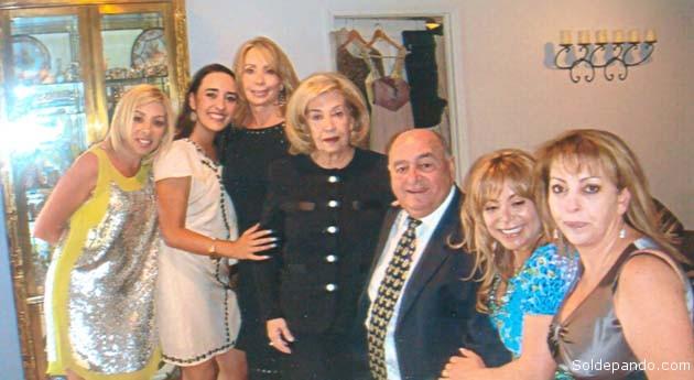 HOGAR PLURINACIONAL Su destino como piloto del LAB obligó al aviador pandino a residir en Cochabamba, base operativa de la empresa aérea con la que trabajó integrando el territorio nacional en todas sus latitudes. Se casó en la ciudad del valle con la orureña Beatriz Blacutt y tuvieron cinco hijas, nacidas en Cochabamba. Tres de ellas, Mónica, Beatriz y Elizabeth radican hoy en Estados Unidos, la última mencionada es piloto de profesión. Las dos que acompañan a sus padres en Cochabamba, Liliana y Alejandra, son destacadas abogadas. Indudablemente Anibal Arab Fadul encarnó en su trayectoria una interculturalidad que es el hilo hilvanador de la integración nacional.