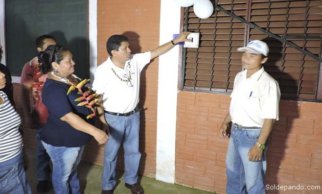 """El gobernador Flores enciende el primer foco de luz en el sistema eléctrico que iluminará por siempre a la comunidad """"Villa Fátima"""", municipio de Cobija.   Foto Prensa GADP"""
