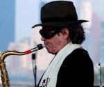 """Considerado un activista político por sus álbumes sobre América Latina, Barbieri, uniendo el avant-garde jazz de los 60s con sus propias raíces folklóricas argentinas, logró preeminencia marcada por un estilo único y bien reconocible. Con más de 50 álbumes en su haber, Leandro Barbieri, apodado """"Gato"""" por su esposa Michelle, nació el 28 de noviembre de 1934, en Rosario, provincia de Santa Fe, Argentina, en una familia musical; su tío clarinetista y su hermano mayor trompetista. A los 12 años de edad tomó lecciones de clarinete y heredó de su tío un saxofón roto. Mientras lo arreglaba aprendió a tocarlo, y luego estudió saxo alto y composición durante cinco años en Buenos Aires, donde su familia se había instalado al año siguiente. Inicialmente, al rechazar la música popular de su tierra natal, se dejó influenciar por los grandes músicos norteamericanos, especialmente los saxofonistas John Coltrane y Charlie Parker, cuyos revolucionarios sonidos comenzaban a poblar el ambiente jazzístico argentino."""