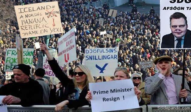 Más de 24.000 ciudadanos, en un país de 320.000 habitantes, firmaron una petición exigiendo la dimisión de Sigmundur David Gunnlaugsson y miles se manifestaron delante del Parlamento con el mismo objetivo.   Foto Reuters