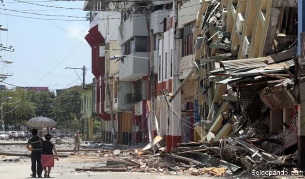 Edificios derribados en Portoviejo, uno de los municipios costeros del Ecuador más devastados.   Foto AFP