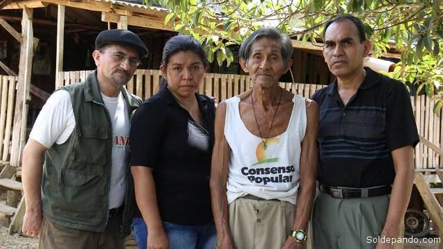 Junto a don Silverio Aguada sus sobrinos nietos Lucía y Rolando Aguada López. | Foto Sol de Pando
