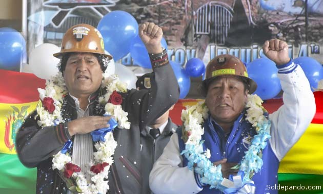 El Presidente junto al dirigente minero Moisés medina que insiste en la repostulación de Evo; pero a la vez denuncia corrupción en el Ministerio de la Presidencia. | Foto ABI