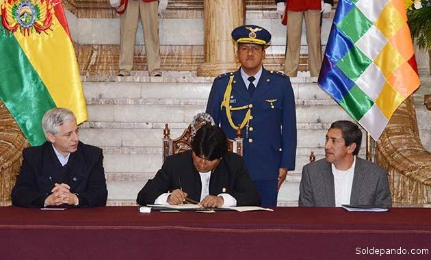 El presidente promulga de nueva Ley del Deporte, acompañado por el vicepresidente Álvaro García Linera y el ministro de Deportes Tito Montaño Rivero.  Foto ABI